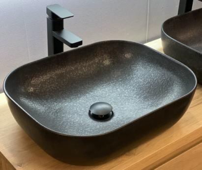 Zwarte keramische waskom